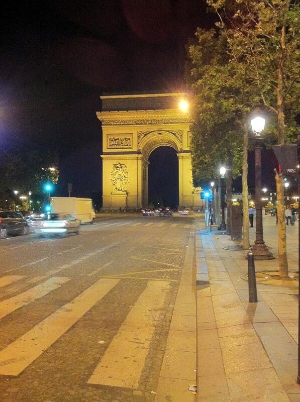 שער הניצחון בלילה