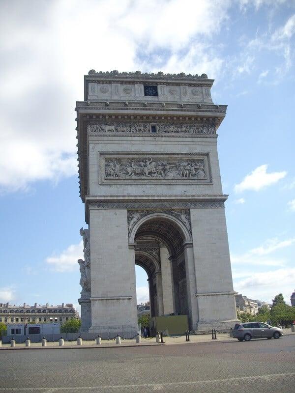 צילום מהצד של שער הניצחון - פריז